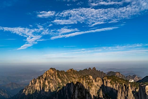 Montanhas e rios bonitos em mount huangshan, china