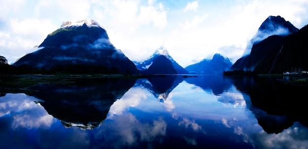 Montanhas e um lago na nova zelândia