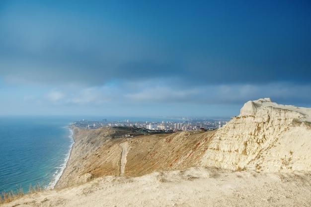 Montanhas e uma paisagem do mar com o céu azul. mar negro, rússia. bela vista da cidade.
