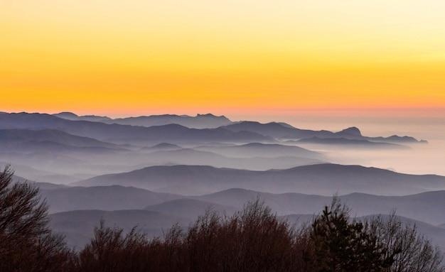Montanhas em camadas ao pôr do sol. belo pôr do sol nas montanhas.