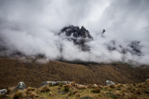 Montanhas em nuvens