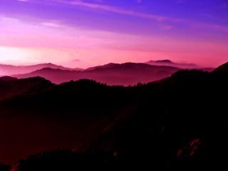 Montanhas enevoadas em aquarela