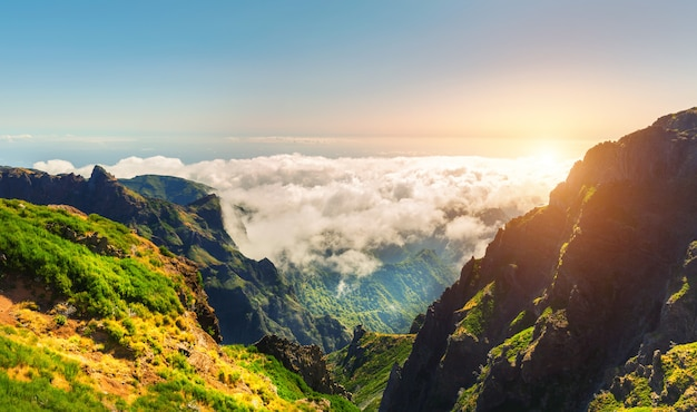 Montanhas ensolaradas nas nuvens