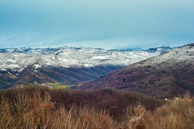 Montanhas eslovenas cobertas pela neve