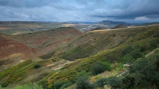 Montanhas estepárias de arenito multicolorido no mosteiro da geórgia david gareji