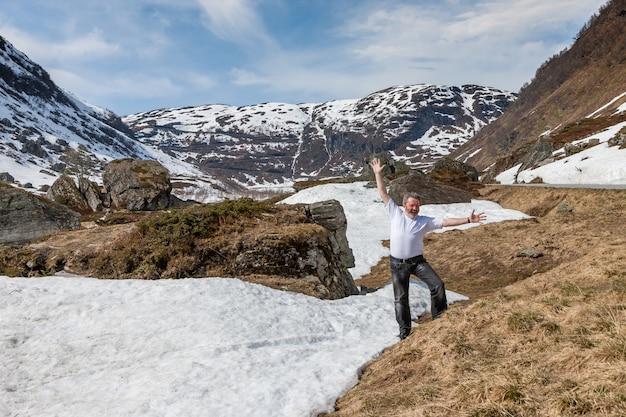 Montanhas, fiorde coberto de neve