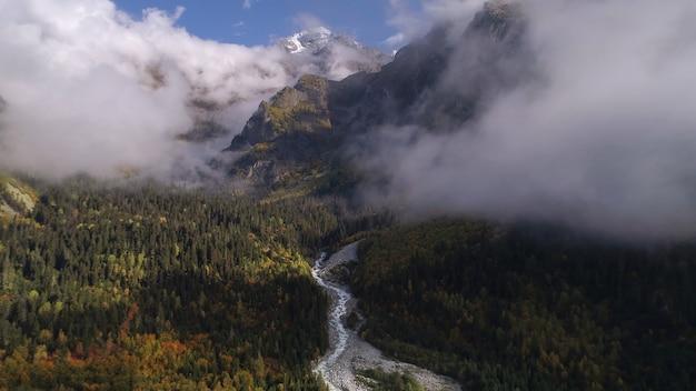 Montanhas floresta montanha pico nuvens vista incrível drone
