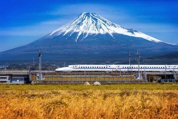 Montanhas fuji e trem em shizuoka, japão.
