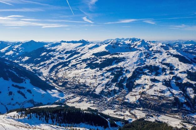 Montanhas hipnotizantes cobertas de neve sob um céu azul