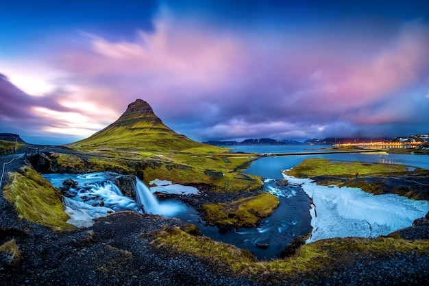Montanhas kirkjufell ao entardecer na islândia