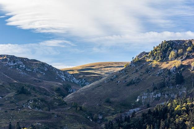 Montanhas na adygea no outono em um céu azul nublado