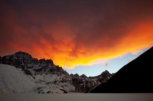 Montanhas na região de sagarmatha, himalaia