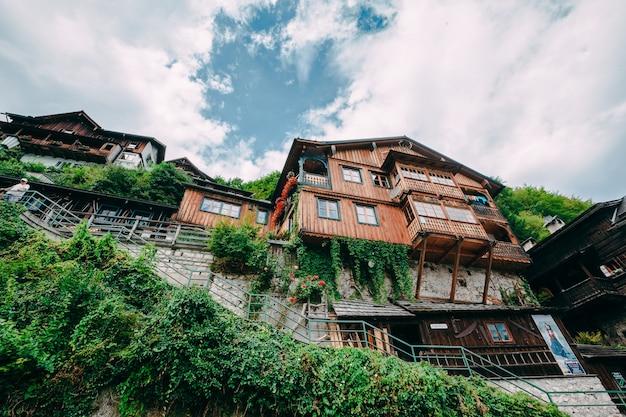 Montanhas na vila de hallstatt nos alpes austríacos, região de salzkammergut