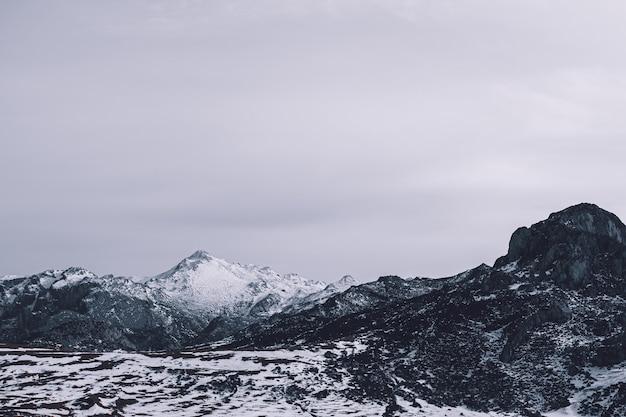 Montanhas nevadas brancas