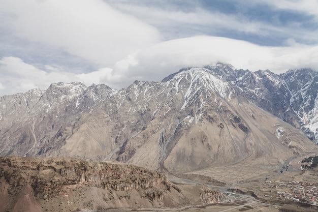Montanhas nevadas do inverno