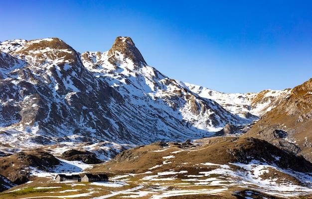 Montanhas nevadas durante o inverno