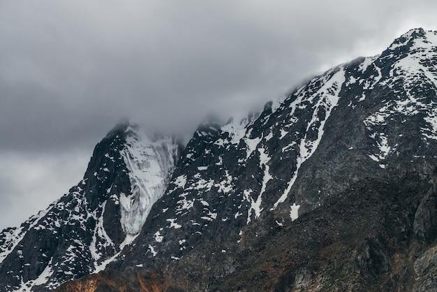 Montanhas nevadas em tempo nublado