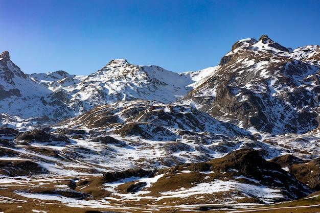 Montanhas nevadas sob o céu azul