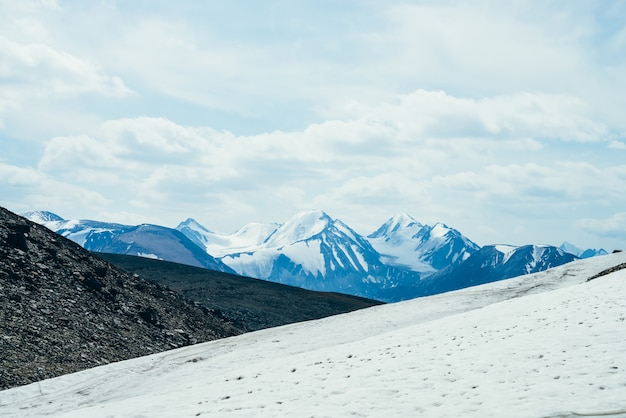 Montanhas nevadas.