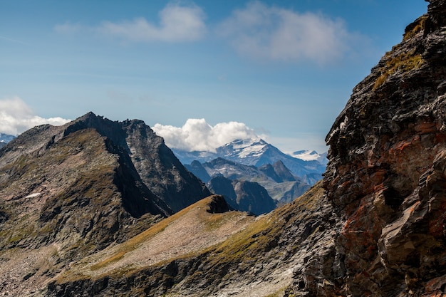 Montanhas no parque nacional hohe tauern nos alpes, na áustria. fundos