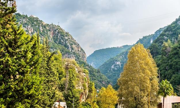 Montanhas perto da gruta jeita no líbano