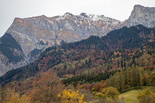 Montanhas perto de jenins e maienfeld no outono na suíça