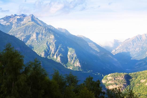 Montanhas picos com neve no verão