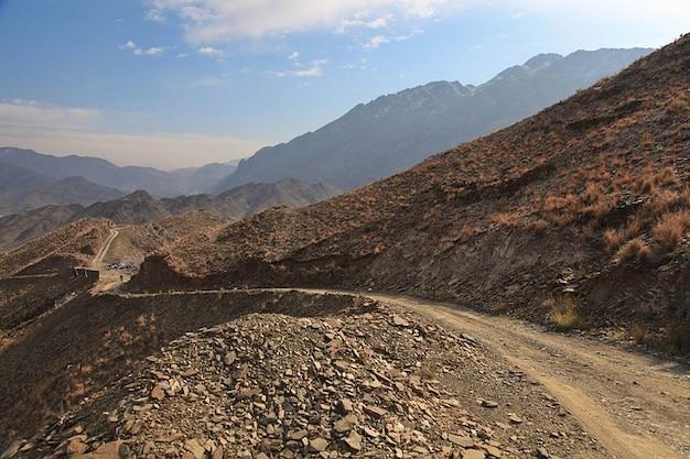 Montanhas remotas colinas afeganistão rochas estrada