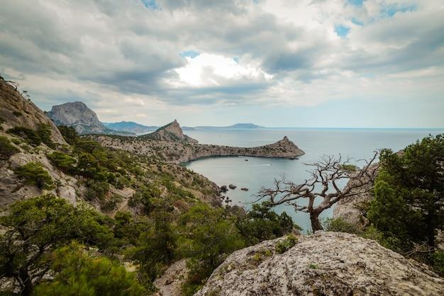 Montanhas rochosas à beira-mar