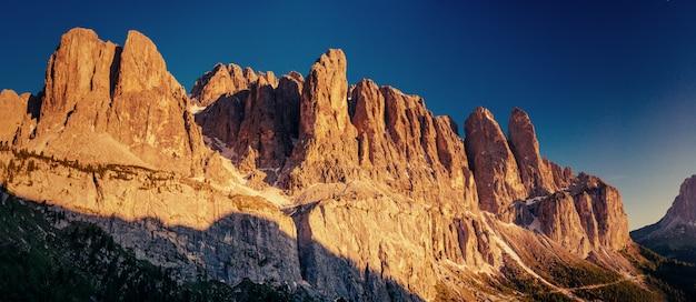 Montanhas rochosas ao pôr do sol. alpes dolomitas itália