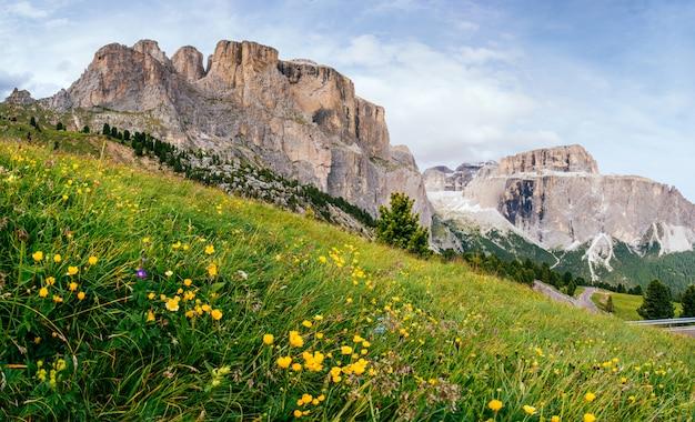 Montanhas rochosas ao pôr do sol. alpes dolomitas, itália