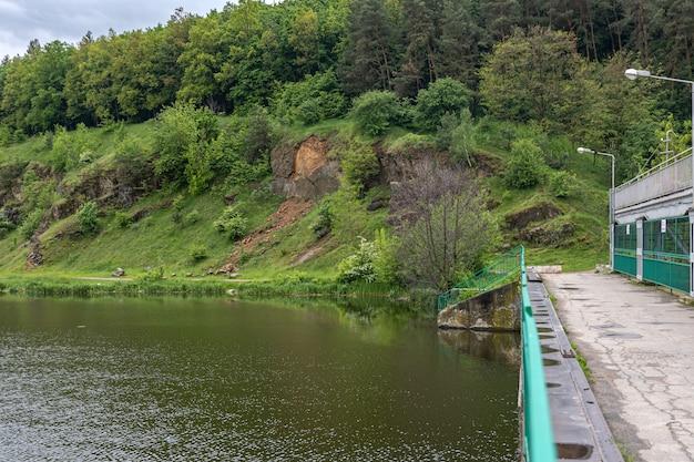 Montanhas rochosas cobertas de poção perto da ponte sobre o rio