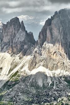 Montanhas rochosas de dolomita