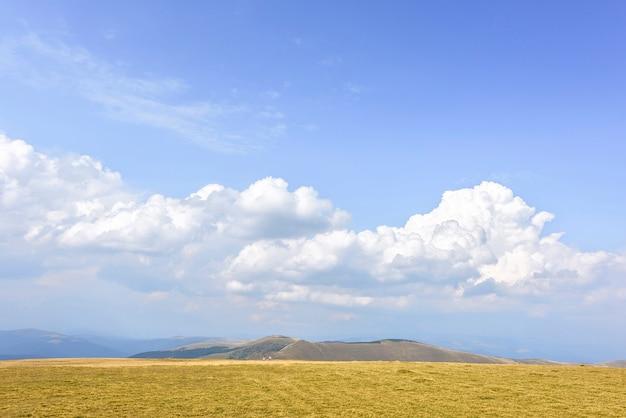 Montanhas rochosas e nuvens na roménia