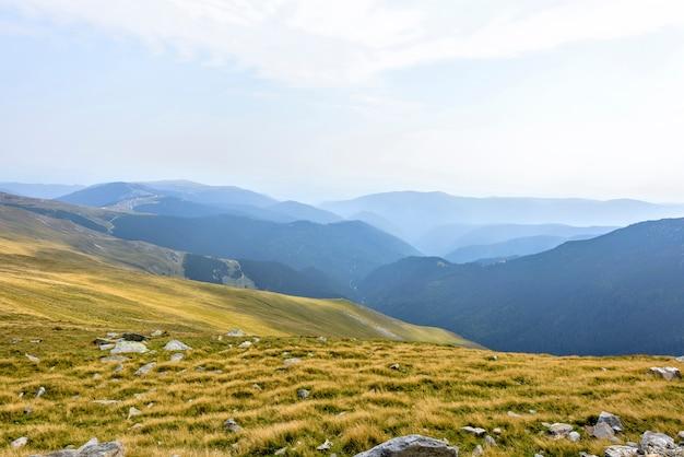 Montanhas rochosas na roménia