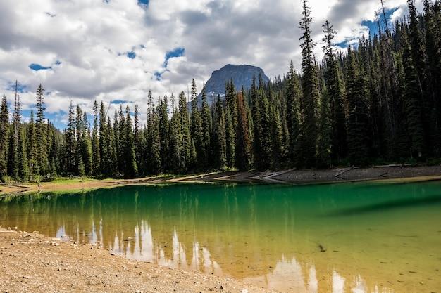 Montanhas rochosas. parque nacional de yoho, lagos ocultos.