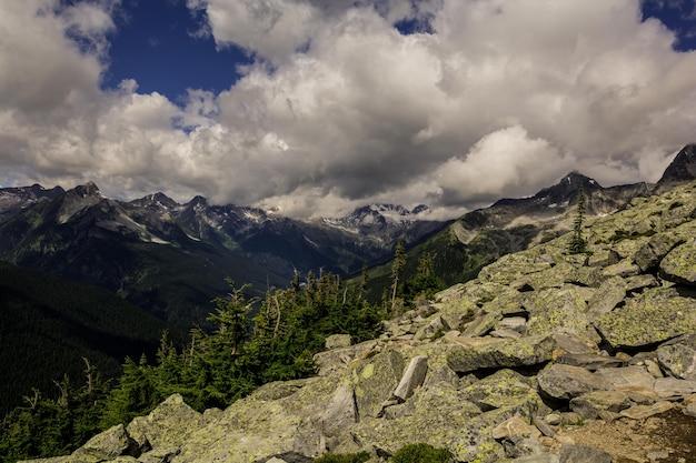 Montanhas rochosas. vista bonita. no alto das montanhas do canadá.