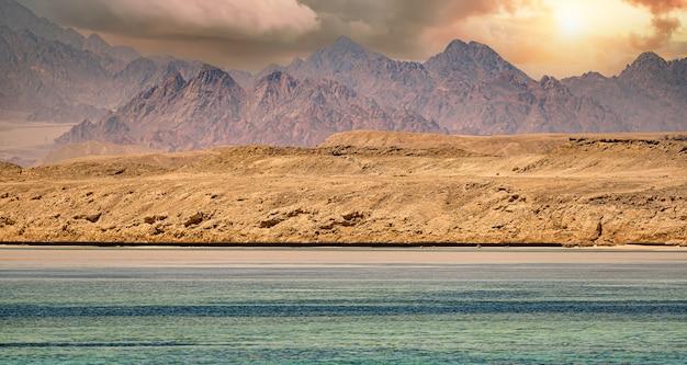 Montanhas sinai no mar vermelho riviera incrível nascer do sol no monte sinai