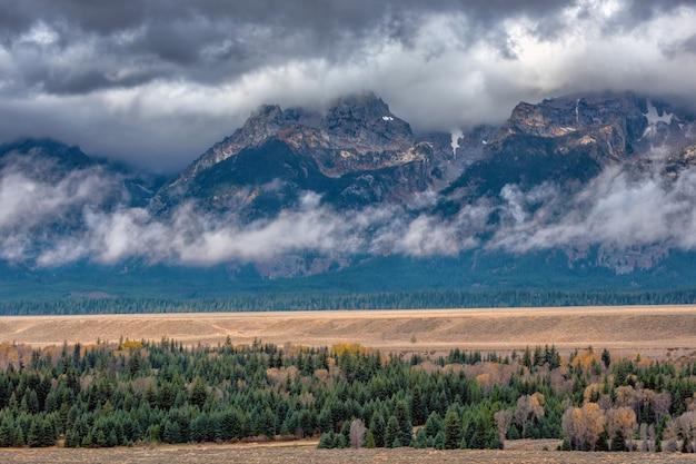 Montanhas teton em um dia chuvoso de outono com uma baixa camada de nuvens