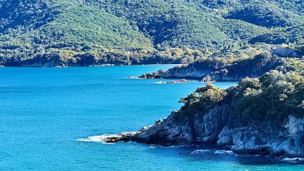 Montanhas verdes e mar azul em olympiada halkidiki grécia