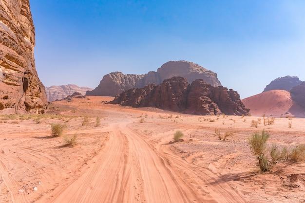 Montanhas vermelhas do deserto de wadi rum em jordânia.