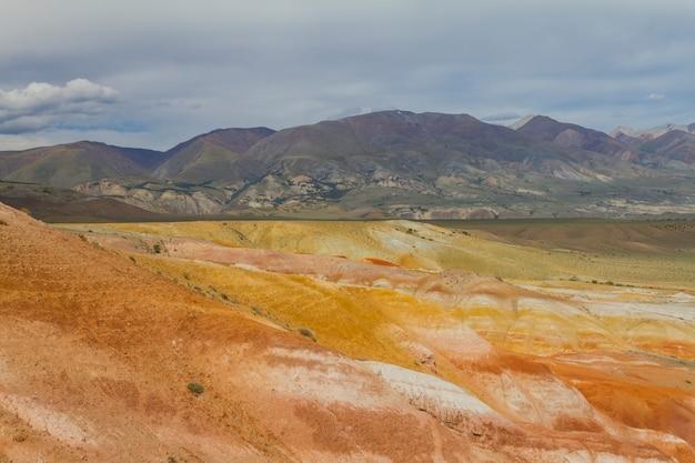 Montanhas vermelhas no vale de kyzyl-chin em altay