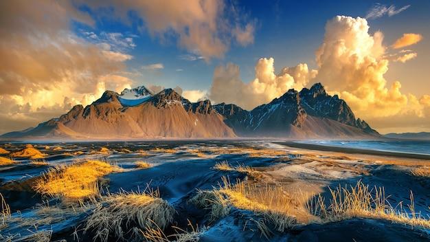 Montanhas vestrahorn em stokksnes, islândia.