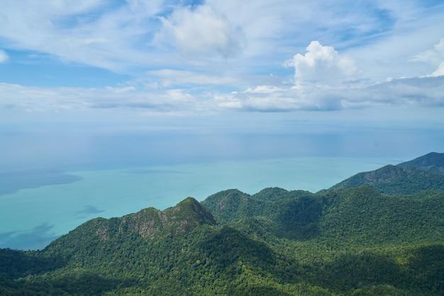 Montanhas visto de cima com o mar ao lado dele