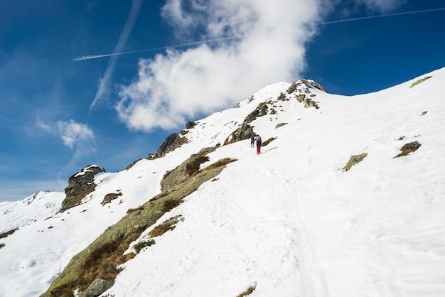 Montanhismo em direção ao topo da montanha