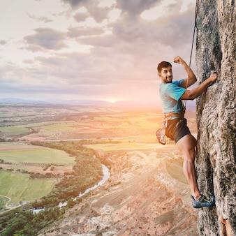 Montanhista na parede com paisagem