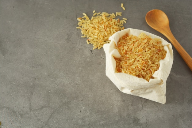 Montão de arroz integral. cereais integrais para alimentos saudáveis.