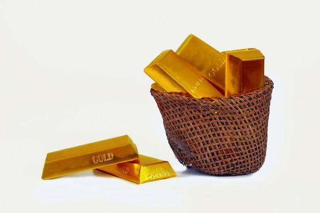 Montão de barras de ouro na cesta de madeira, conceito da operação bancária.