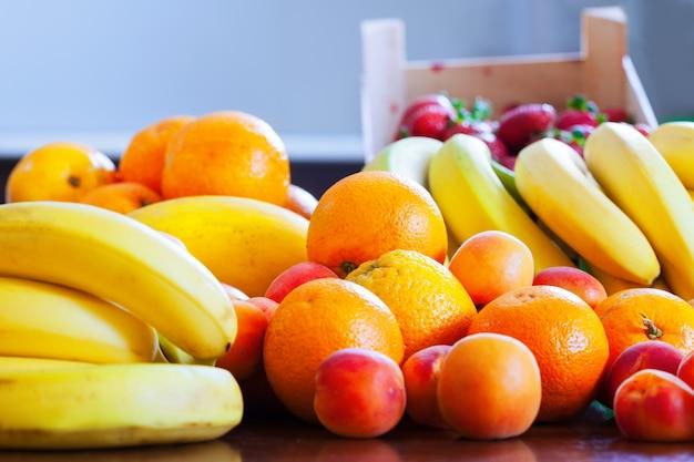 Montão de frutas maduras na cozinha