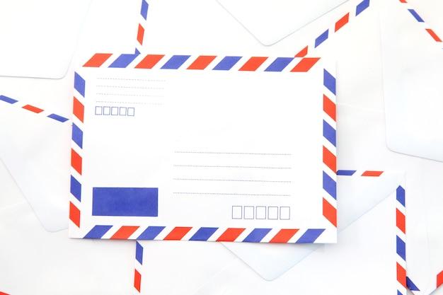 Montão do envelope isolado do correio aéreo.